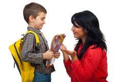 Het gesprek van de moeder en van de zoon in eerste dag van school Royalty-vrije Stock Foto's