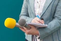Het gesprek van journalistMedia Microfoons die op witte achtergrond worden geïsoleerd stock afbeeldingen
