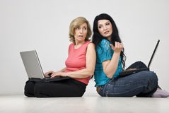 Het gesprek van vrouwen en het gebruiken van laptops Stock Foto