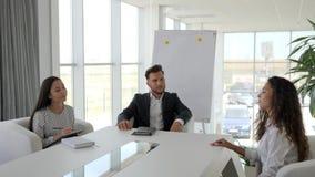 Het gesprek, vrouwelijke kandidaat komt in modern bureau, toelating aan groot bedrijf, dialoog over baan met secretaresse en werk stock video