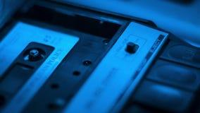 Het gespreks audiocassette van de politiebewaring in een retro jaren '70 draagbaar registreertoestel stock footage