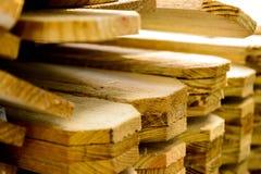 Het gestapelde unpainted houten timmerhout van de piketomheining Stock Foto