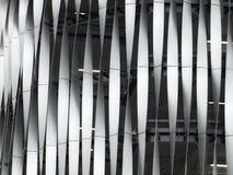 Het gestreepte verdraaide metaal behandelen op een groot gebouw Stock Afbeeldingen