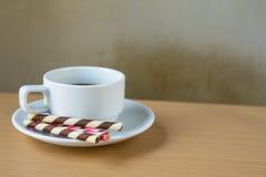 het gestreepte wafeltje rolt gevuld en koffie stock afbeeldingen