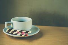 het gestreepte wafeltje rolt gevuld en koffie stock foto
