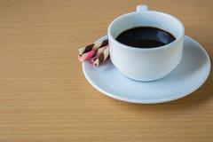 het gestreepte wafeltje rolt gevuld en koffie royalty-vrije stock foto's
