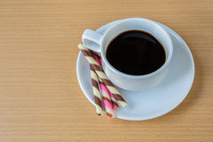 het gestreepte wafeltje rolt gevuld en koffie stock fotografie