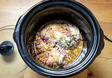 Het getrokken varkensvlees koken in crockpot of langzaam kooktoestel Stock Foto's
