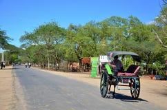 Het getrokken vervoer van het reizigersgebruik paard voor reis rond oude bagan stad Stock Foto