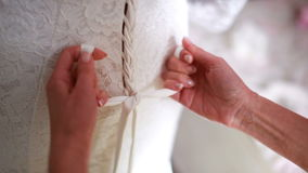 Het getuige die witte bruid binden stock videobeelden