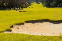 Het Gevaar en de hark van de zandbunker op Fairway van de Golfcursus stock afbeeldingen