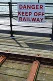 Het gevaar houdt spoorwegteken op een afstand Stock Afbeeldingen
