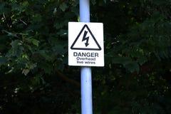 Het gevaar van elektriciteit van doods de lucht levende kabels kan doden royalty-vrije stock afbeeldingen
