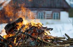 Het gevaarlijke branden van huisvuil in het dorp royalty-vrije stock afbeelding