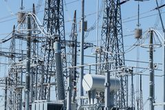Het gevaarlijke Hulpkantoor van de Hoogspannings Elektromacht tegen wolkenloze blauwe hemel XV stock foto's