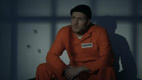 Het gevangengenomen mannelijke verdwijnen van cel wanneer licht die beginnen te knipperen, vlucht gevangen zetten stock video