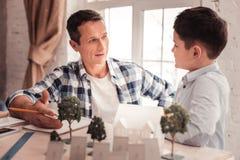 Het geven het vadergevoel vocht het spreken met zijn zoon royalty-vrije stock foto