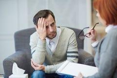 Het geven van advies aan gedeprimeerde patiënt Stock Afbeelding