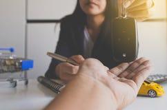Het geven van autosleutel op hand voor de overeenkomst van de voertuigverkoop, Autofinanciën en leningsconcept stock fotografie