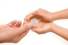 Het geven van een muntstuk Stock Fotografie