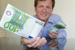 Het geven van 100 Euro Royalty-vrije Stock Afbeeldingen