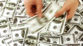 Het geven van geld stock footage