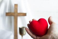 Het geven van hart aan het abstracte concept van Jesus met Pasen-kruis Stock Foto's