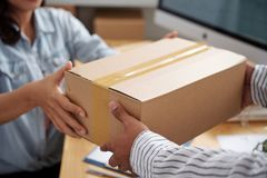 Het geven van pakket aan koerier stock foto's