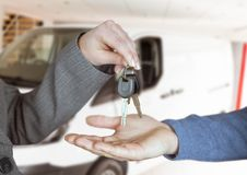 het geven van sleutels van de auto na handdruk Stock Afbeelding