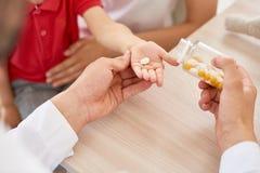 Het geven van Vitaminen aan Patiënt stock fotografie