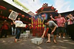 Het geven van vrijheid aan sommige vogels tijdens Chinese Oudejaarsavond, Djakarta stock foto's