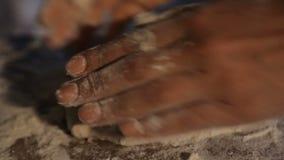 Het geven vrouwelijke handen die deeggedeelten voor het bakken van Georgische flapjacks vormen stock videobeelden