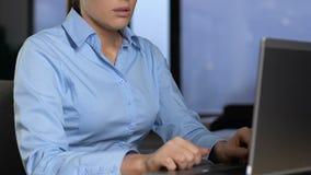 Het gevoel van de bureaumanager van boring het werktaken wordt vermoeid, typend op laptop, frustratie die stock footage