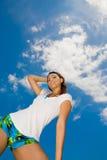 Het gevoel van de vrouw ontspant op een heldere zonnige dag Stock Afbeeldingen