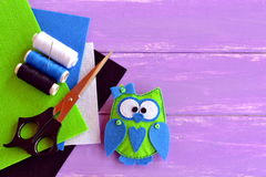 Het gevoelde gevulde stuk speelgoed van de handdruk uil Het gevoelde stuk speelgoed van de uilgoedzak Hand-naai uil Stock Foto's