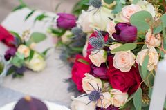 Het gevoelige huwelijksboeket met de room roze rozen van Bourgondië en feverweed, close-up stock afbeelding