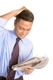Het gevoelswanhoop van de zakenman met nieuws Stock Foto's