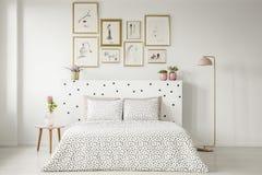 Het gevormde binnenland van de vrouwen` s slaapkamer royalty-vrije stock afbeelding