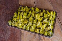 Het gevulde Dessert van de Deegpiramide gezet op dienblad op bruine houten backgr royalty-vrije stock foto's