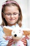 Het gevulde dier van het meisje holding Royalty-vrije Stock Foto's