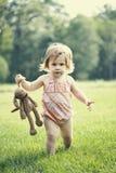 Het gevulde stuk speelgoed van het kind holding Stock Afbeeldingen