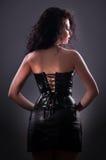 Het gewenste donkerbruine vrouw stellen in leerkorset Royalty-vrije Stock Afbeelding