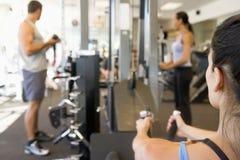 Het Gewichtheffen van de groep Mensen bij Gymnastiek Royalty-vrije Stock Foto's