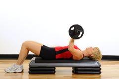Het Gewichtheffen van de Vrouw van de gezondheid en van de Geschiktheid Stock Fotografie