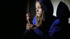 Het gewijde meisje van de junkietiener met een spuitzitting op een vloer en het denken over iets 4k UHD stock videobeelden