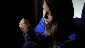 Het gewijde meisje van de junkietiener met een spuitzitting op een vloer en het denken over iets 4k UHD stock footage