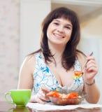 Het gewone meisje eet veggie salade op bank stock foto
