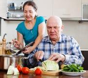 Het gewone rijpe paar koken met groenten Stock Foto