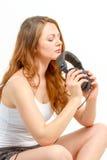 Het gezette meisje overweegt over audio Stock Foto's