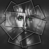 Het gezicht glanst door handen, wordt het gezicht verdeeld in vele delen door kaarten, dubbele blootstelling stock foto